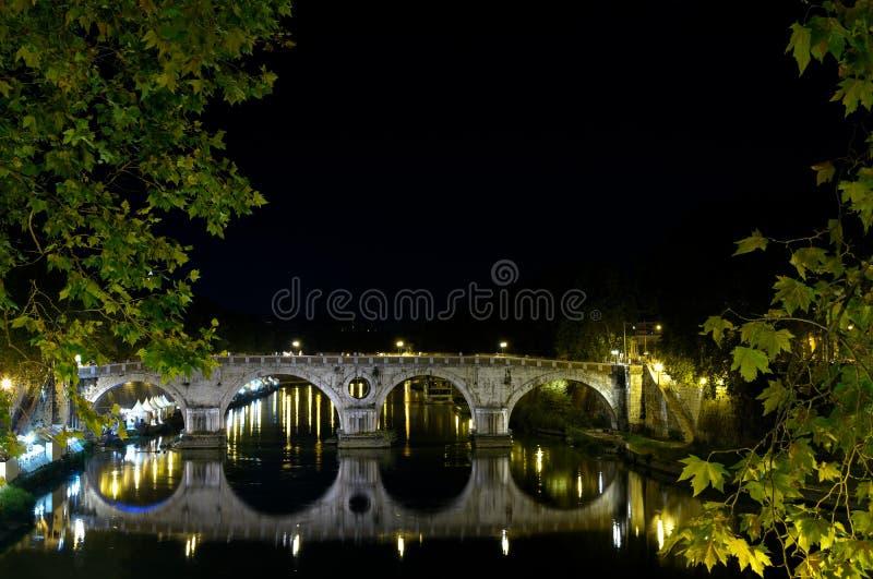 Pont de Tevere (le Tibre) photos libres de droits