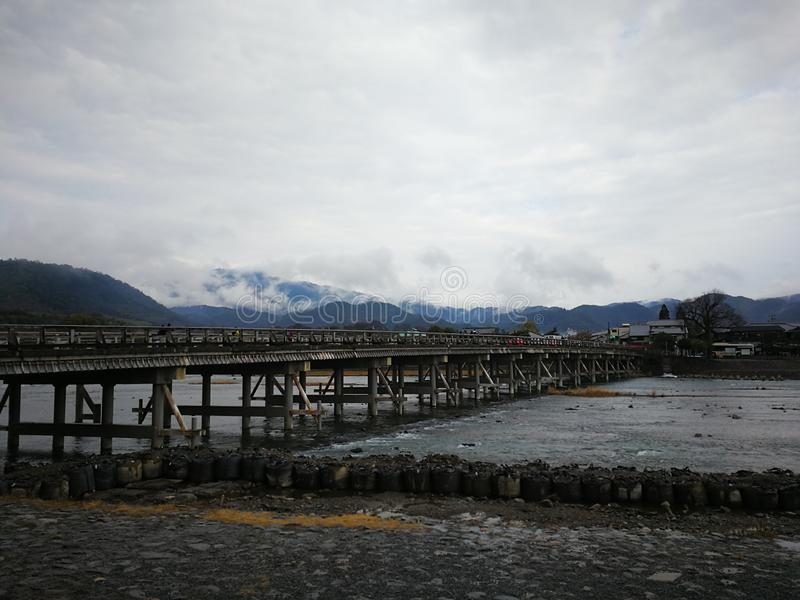 Pont de Togetsukyo après des précipitations image libre de droits