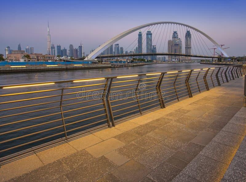 Pont de tolérance la nuit dans la ville de Dubaï photo libre de droits