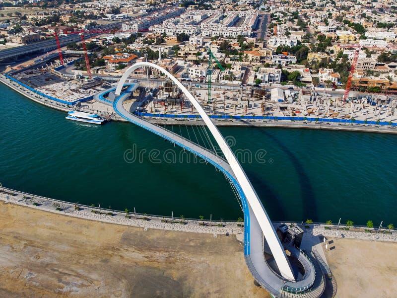 Pont de tol?rance de canal de l'eau de Duba? au-dessus d'antenne de The Creek photos stock