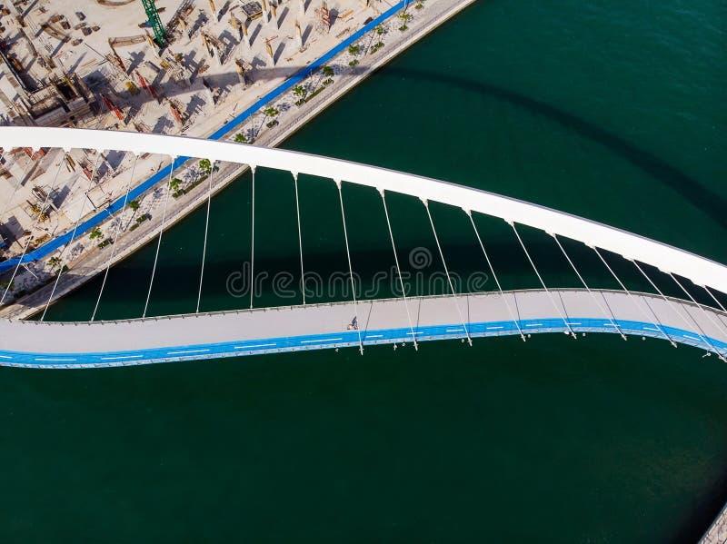 Pont de tol?rance de canal de l'eau de Duba? au-dessus d'antenne de The Creek image libre de droits