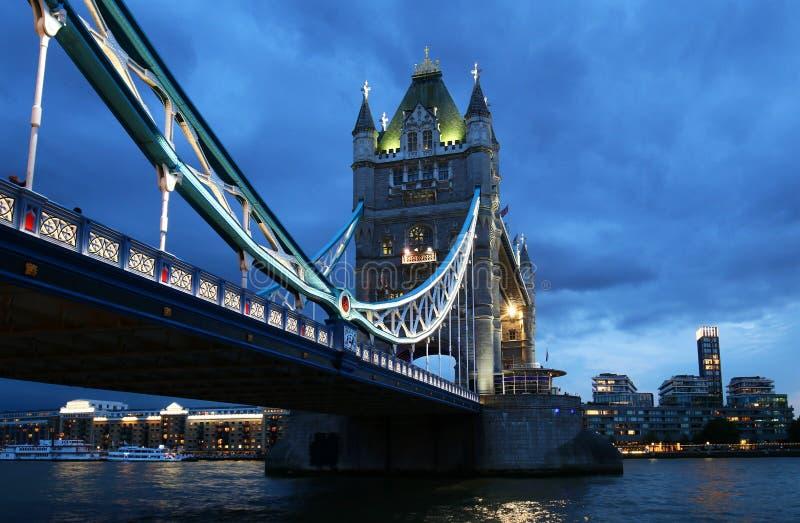 Pont de tour au-dessus de la Tamise la nuit à Londres, Royaume-Uni photos libres de droits