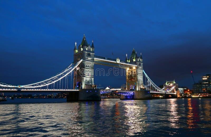 Pont de tour au-dessus de la Tamise la nuit à Londres, Royaume-Uni, Angleterre photos stock