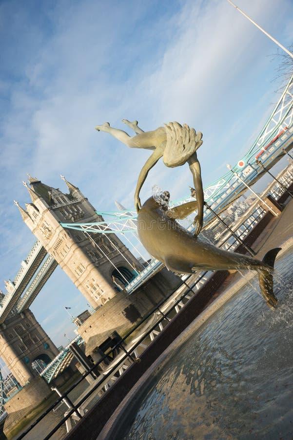 Pont de tour et fontaine, Londres, Angleterre photographie stock