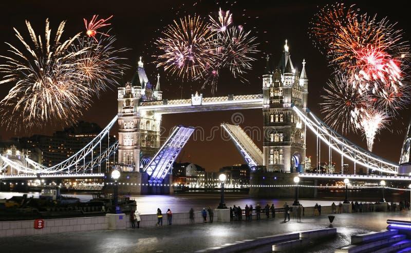 Pont de tour la nuit, ` de nouvelle année s Eve Fireworks au-dessus de tour Brid photos stock