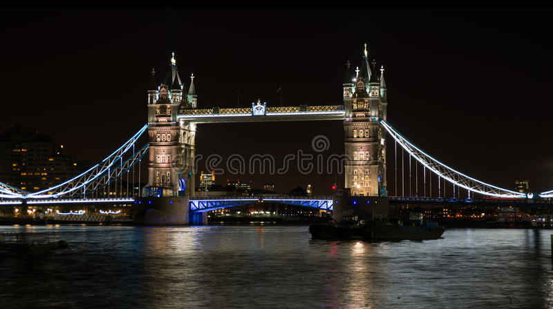Pont de tour sur la Tamise Londres R-U la nuit image stock