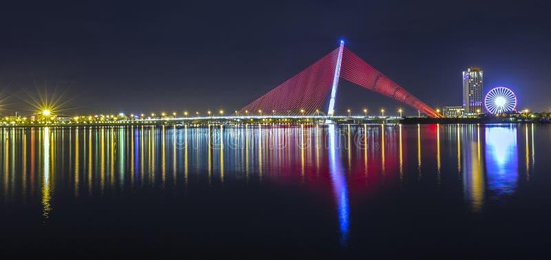 Pont de Tran Thi Ly, vie nocturne de Da Nang images stock