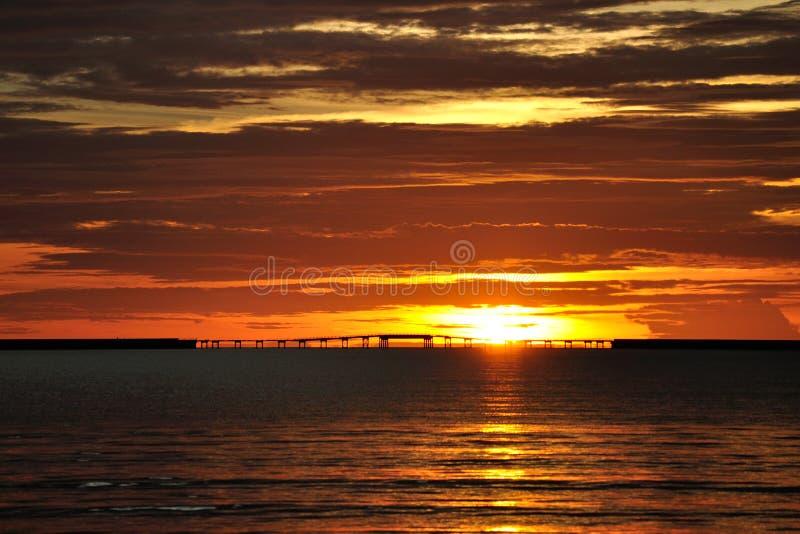 Pont de traversée maritime au coucher du soleil image libre de droits