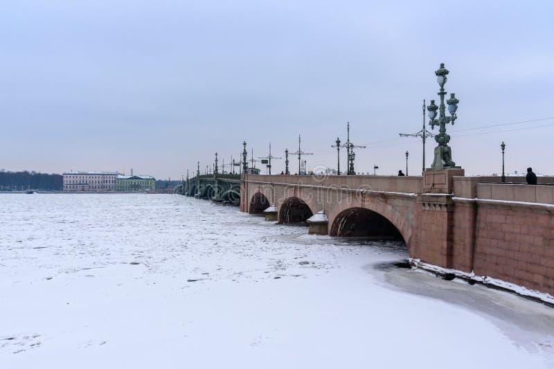 Pont de trinité au-dessus de Neva River congelé St Petersburg Russie image stock