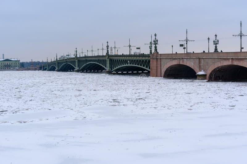 Pont de trinité au-dessus de Neva River congelé St Petersburg Russie photo stock