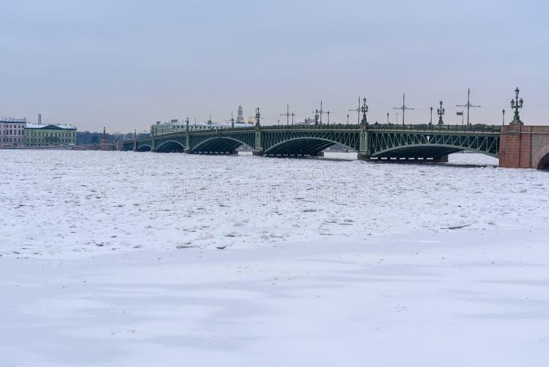 Pont de trinité au-dessus de Neva River congelé St Petersburg Russie photographie stock