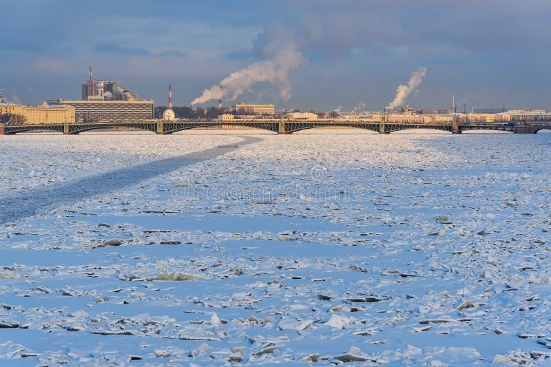 Pont de trinité au-dessus de Neva River congelé St Petersburg Russie photo libre de droits