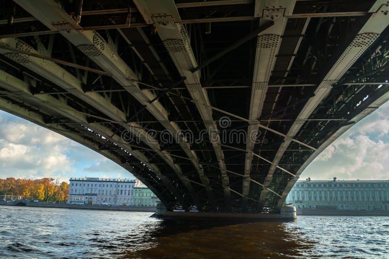 Pont de trinité - pont en bascule à travers le Neva à St Petersburg, Russie, le troisième pont permanent à St Petersburg images libres de droits