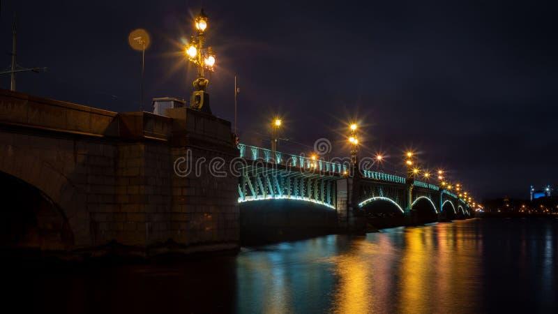 Pont de trinité, Neva River, St Petersburg, tir de nuit photos stock
