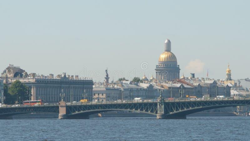 Pont de Troitsky de trinité et la cathédrale du ` s d'Isaac pendant l'été - St Petersburg, Russie photo stock