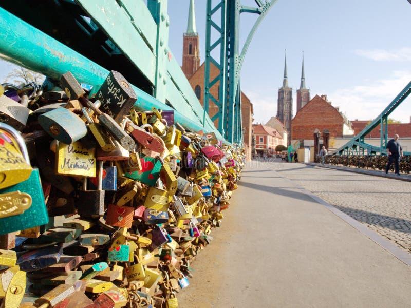 Pont de Tumski à Wroclaw Le pont est plein des serrures d'amour qui des amants photo stock