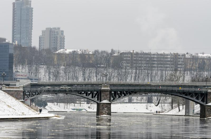 Pont de vÄ-rynas de ½ de Å - pont au-dessus de rivière Neris à Vilnius à l'hiver image libre de droits