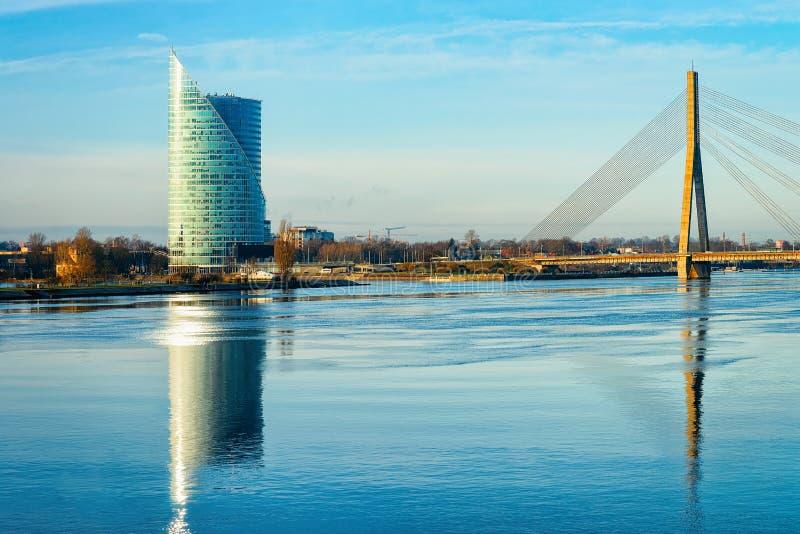 Pont de Vansu de gratte-ciel d'affaires de bureau et rivière modernes Riga de dvina occidentale images stock