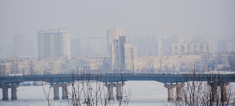 Pont de ville en rivière de brouillard devant la ville photos stock