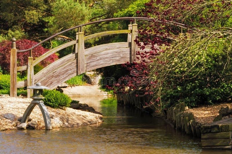 Pont de voûte dans un jardin de style japonais photos stock