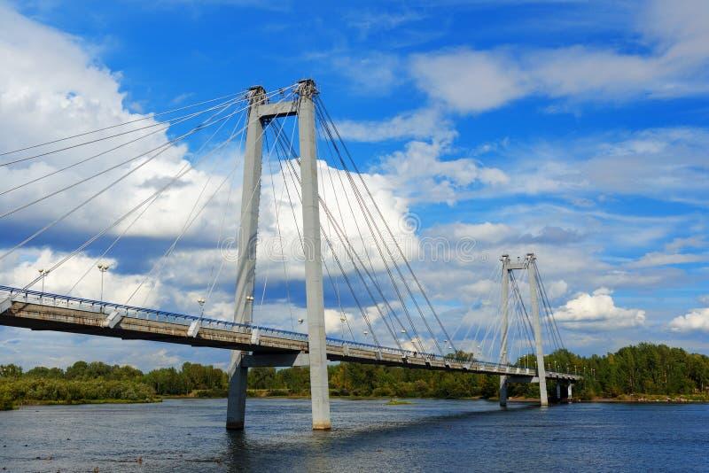 Pont de Vynogradovskiy à travers le fleuve Ienisseï pont Câble-resté vers l'île de Tatyshev Krasnoyarsk, Russie photos libres de droits