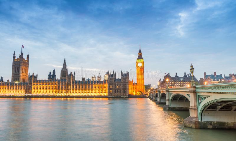 Pont de Westminster et Chambres du Parlement au crépuscule, Londres image stock