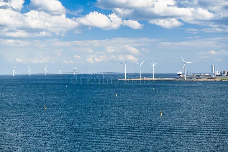 Pont de Windturbines et d'Oresund photographie stock libre de droits