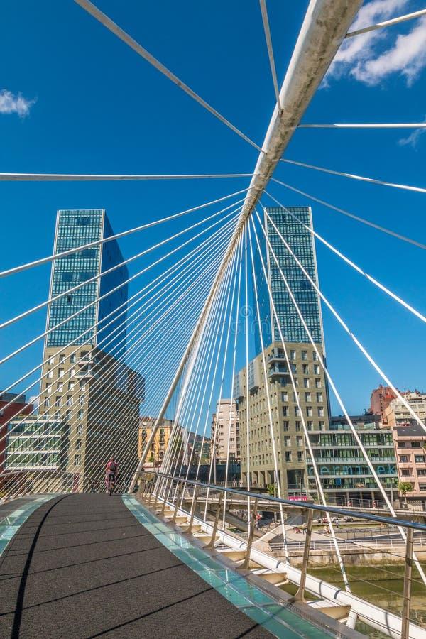 Pont de Zubizuri dans le basque Espagne de Bilbao photographie stock libre de droits