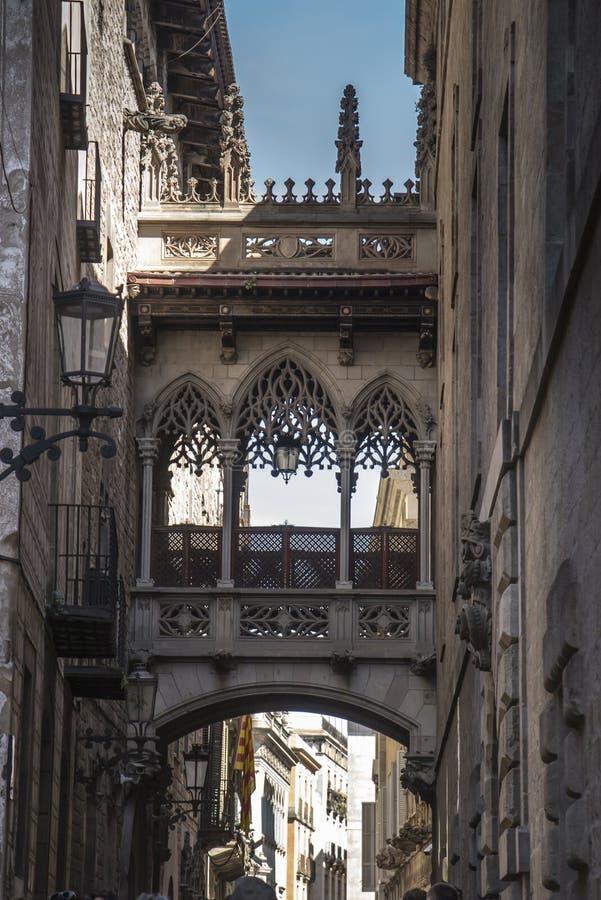 Pont del Bisbe e via stretta nel quarto gotico a Barcellona fotografia stock