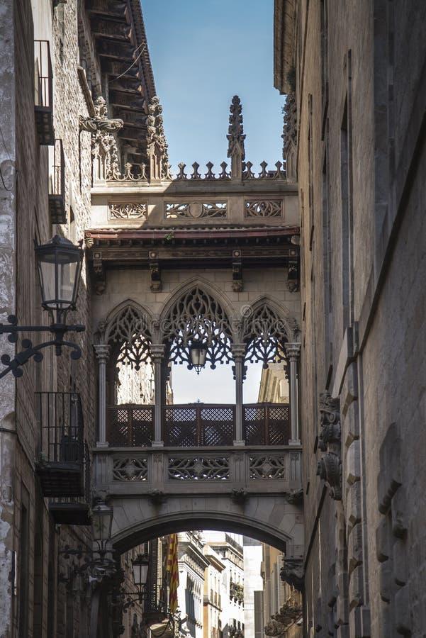 Pont del Bisbe e via stretta nel quarto gotico a Barcellona immagine stock libera da diritti