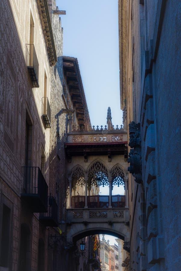Pont Del Bisbe Gotische Brücke unter den alten Straßen von Barrio gotisch Barcelona stockfotos