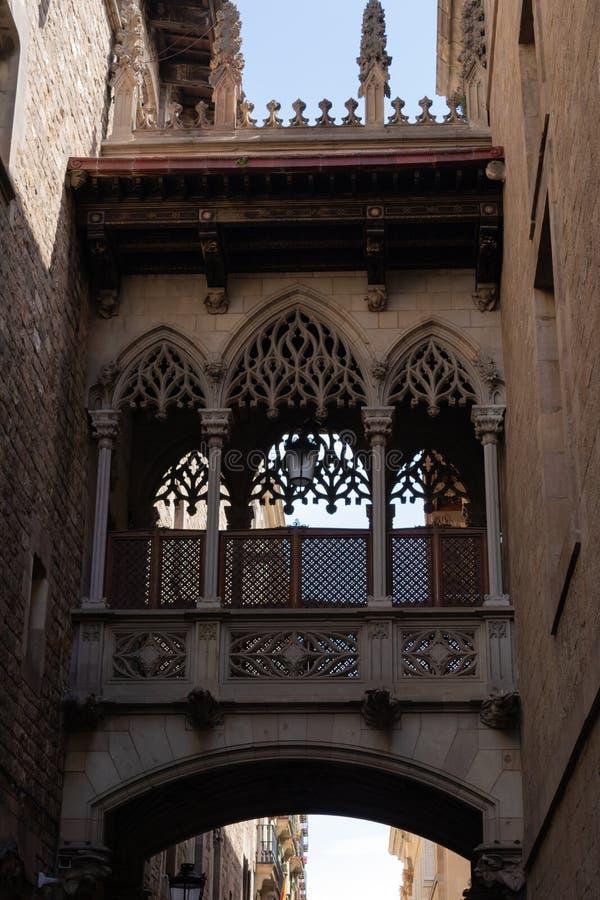 Pont Del Bisbe - pi?kny przej?cie w Barri Gotic gotyka ?wiartce w Barcelona, Hiszpania obrazy stock