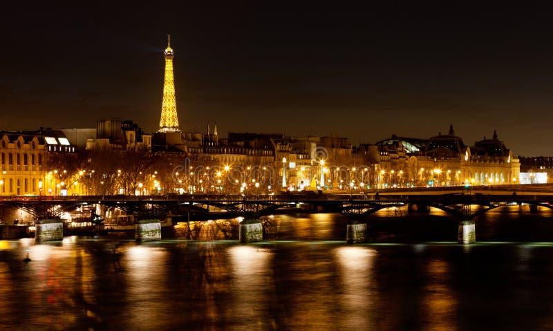 Pont des Arts en París en la noche imagenes de archivo