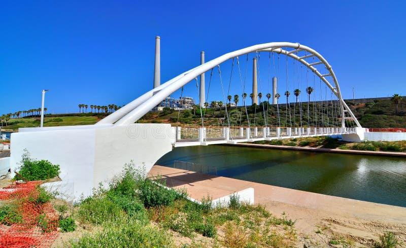 Pont des ficelles et de station de centrale en Israël images libres de droits