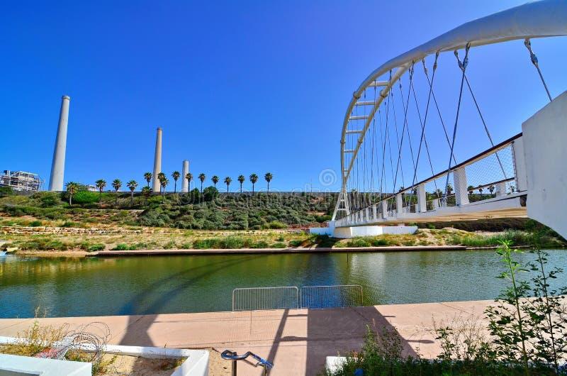 Pont des ficelles et de station de centrale en Israël photographie stock libre de droits