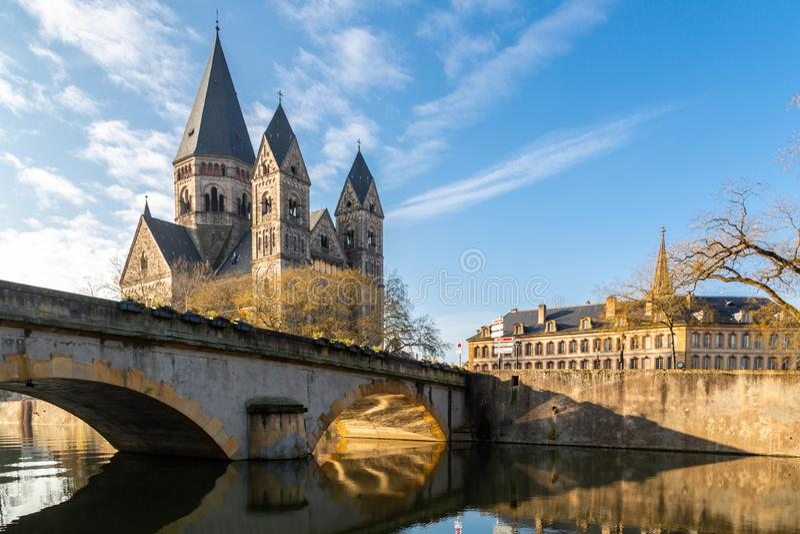 Pont des Roches bridżowy i Świątynny neuf - Nowy kośćiół protestancki, Niemiecki Cesarski zabytek Lorraine w Ville de Metz fotografia stock