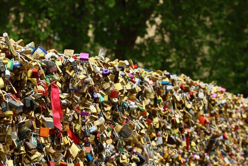 Pont des sztuk miłość blokuje w Paryskim Francja obrazy royalty free