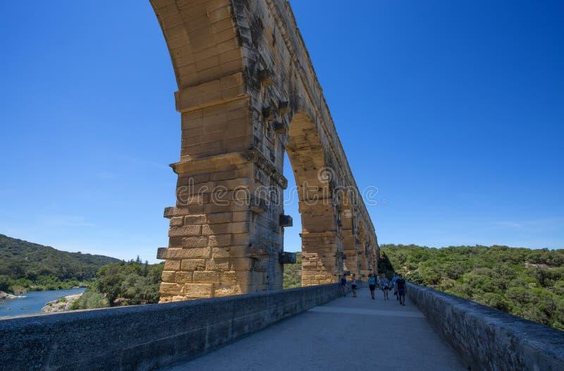 Pont du加尔省,罗马渡槽的零件在尼姆,南法国附近的南法国,加尔省部门 免版税库存图片