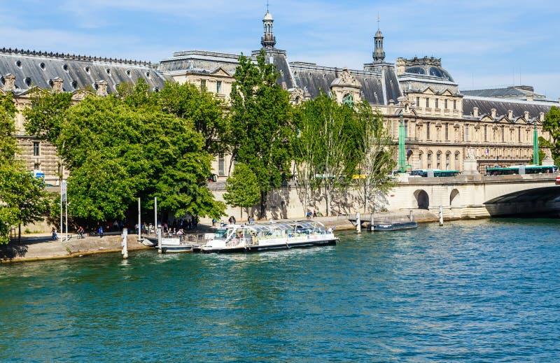 Pont du Carrousel y Musee du Louvre, París fotografía de archivo libre de regalías