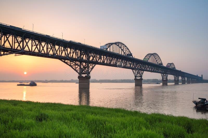 Pont du fleuve Yangtze dans le coucher du soleil photographie stock libre de droits