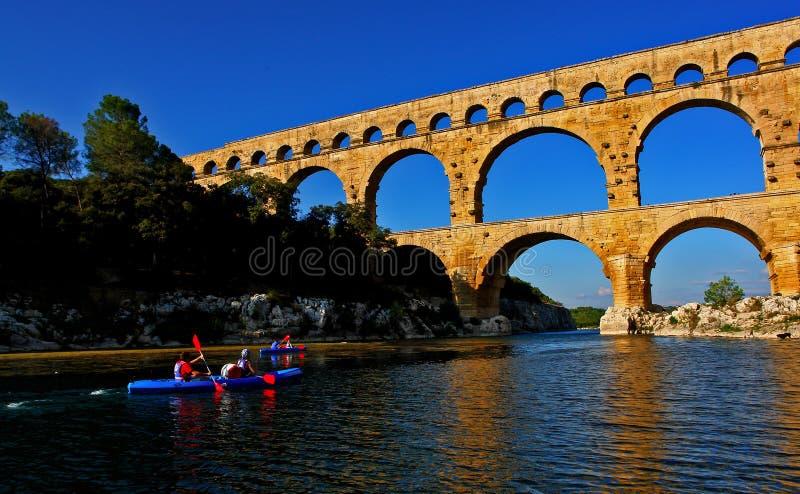 pont du gard canoeists стоковая фотография
