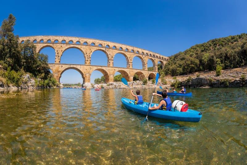 Pont du Gard met peddelboten is een oud Roman aquaduct in de Provence, Frankrijk stock foto's