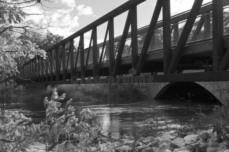 Pont en acier au-dessus de la rivière Chicago et du tunnel en pierre, gamme de gris photos stock