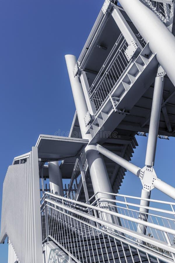 Pont en acier - passage supérieur piétonnier au-dessus de la chaussée images stock