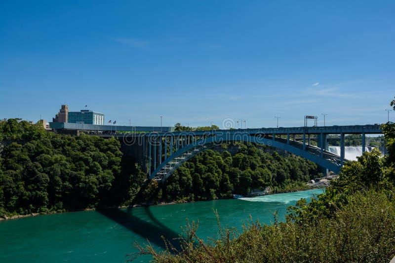 Pont en arc-en-ciel à la frontière du Canada et des Etats-Unis photos stock