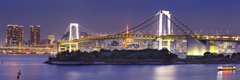Pont en arc-en-ciel de Tokyo à Tokyo, Japon la nuit photos libres de droits
