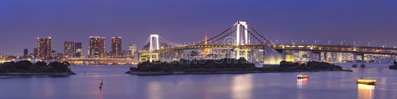 Pont en arc-en-ciel de Tokyo à Tokyo, Japon la nuit photo stock