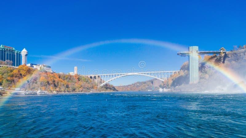 Pont en arc-en-ciel et arc-en-ciel images stock