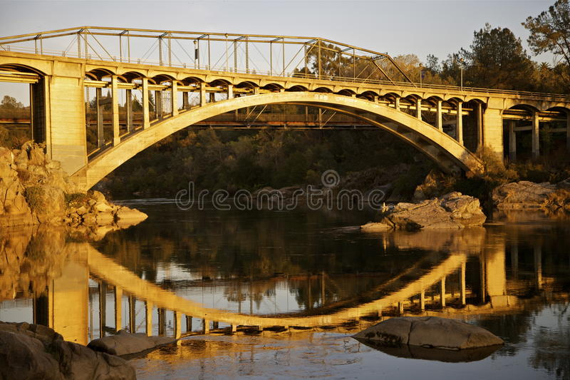 Pont en arc-en-ciel sur le lac Natoma au coucher du soleil photos stock