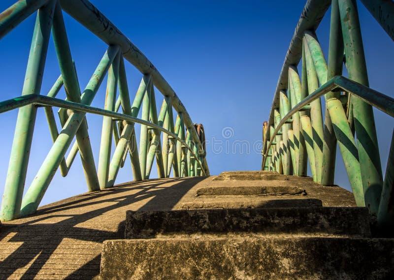 Pont en béton traversant le canal photos stock